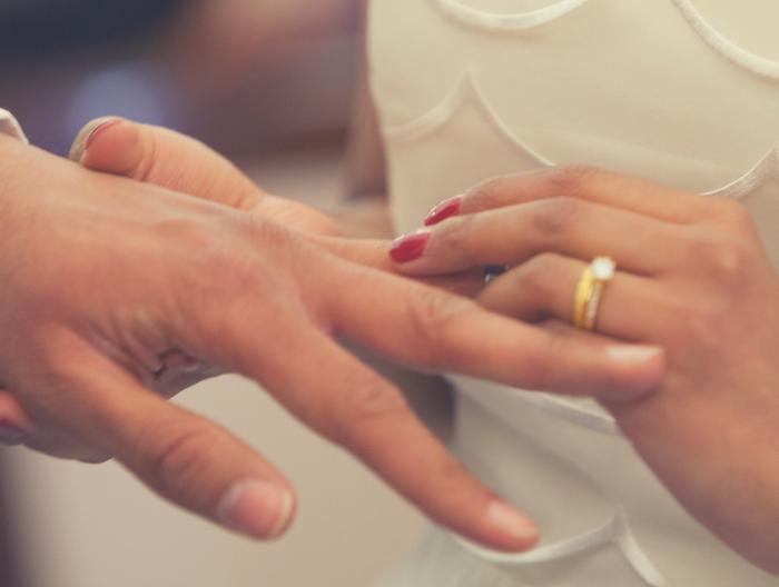 Choisir son Officiant de cérémonie laïque : un membre de la famille ou un professionnel ?